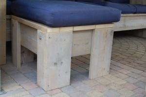 Hocker Een hocker is eigenlijk een multifunctioneel , (en daarom een onmisbaar) meubelstukje: je kunt heerlijk je voeten erop leggen, het gebruiken als (bijzet)tafeltje of als krukje. Maten: 0.80 x 0.80 meter Prijs: € 60,- (excl. kussen)