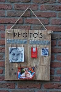 Fotobord. Om al je foto's en herinneringen aan op te hangen. Voorzien van kleine wasknijpertjes. Prijs: € 30,-