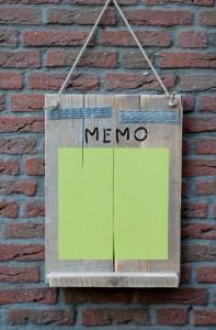 Memobord Dit memobord is voorzien van een bakje om krijtjes in te leggen. Wil je liever een andere kleur krijtbordverf? Geen probleem. Prijs: € 30,-