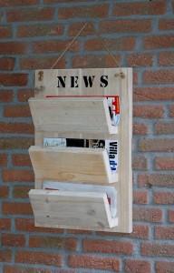 Krantenrek Een leuke oplossing voor je post, bladen en kranten: een krantenrek. Maten: 0.75 (h) x 0.40 (b). Prijs: € 44,95