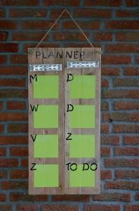 Planbord/kalender Voorzien van 7 vakken om per dag belangrijke zaken op te schrijven, en 1 memovak. Maten: 0.80 (h)x 0.40 (b). Prijs: € 40,-