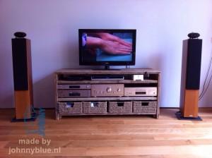 Audiomeubel Andy Gemaakt van gladgeschuurd, gebruikt steigerhout in combinatie met rieten opbergmanden. Prijs: op aanvraag.