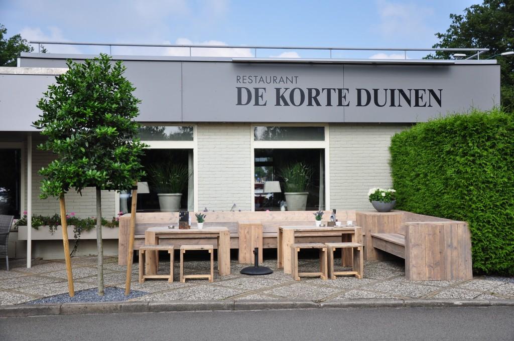 Terras eethoek Bestaande uit een maatwerk hoekbank, eettafels en krukjes. Met dank aan Restaurant de Korte Duinen in Soest.