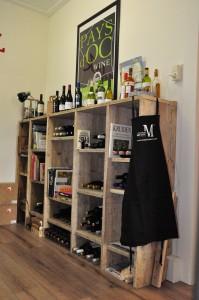 Glaskast / wijnkast / dressoir Voor in winkel of huiskamer: deze kast is multifunctioneel. Een mooi voorbeeld van de onbeperkte mogelijkheden die (gebruikt) steigerhout biedt.