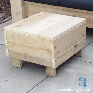 Hocker Close Dit is een multifunctioneel meubelstukje: te gebruiken als krukje, tafel en hocker. Net waarvoor je het nodig hebt. Optioneel: verrijdbaar door een handige wieltjes. Maten: 62 x 62. Hoogtemaat mag jij aangeven, bijvoorbeeld de zithoogte van jouw tuinbank. Prijs: v.a. € 75,00, afhankelijk van maten en wensen.