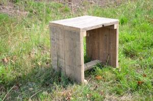 Kruk 'Shorty' Een handig en klein krukje dat je gemakkelijk aan de eettafel aanschuift. Te leveren in nieuw en gebruikt (en uiteraard geschuurd) steigerhout. Prijs: € 49,95