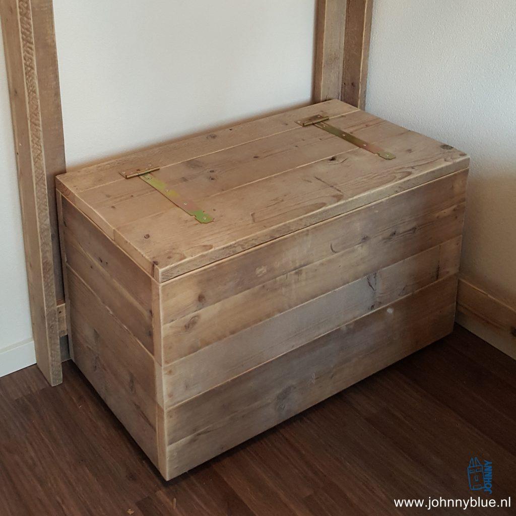 Kist Mooie robuuste en stevige kist voor allerhande spullen. Gebruik de kist in de kinderslaapkamer voor speelgoed, in de woonkamer als tafel of in de tuin voor tuinspullen. De kist is gemaakt van A-kwaliteit, gedroogd steigerhout. De mooie scharnieren maken het geheel af. In alle gewenste maten te bestellen. Prijsvoorbeeld bij een maat van 0.90 (b) x 0.50 (d) x 0.50 (h) - € 135,- Andere maten, prijs op aanvraag.